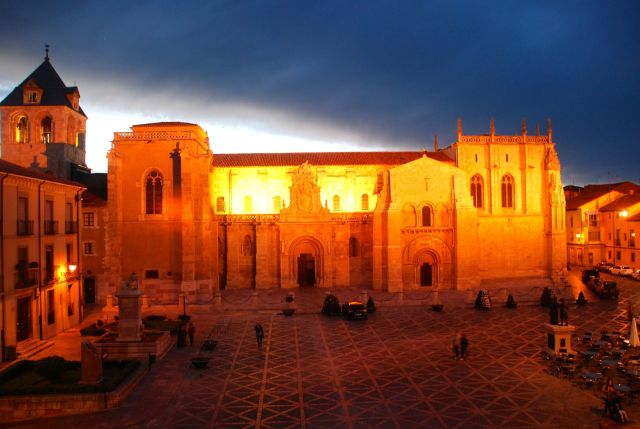 The Basilica of San Isidoro at night