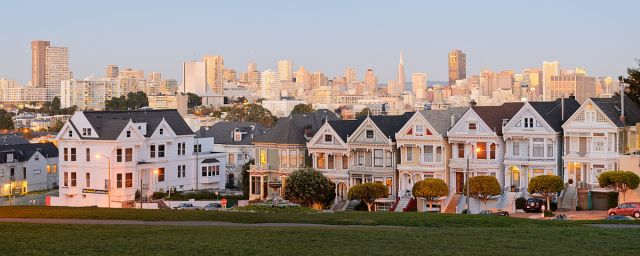 1200px-Painted_Ladies_San_Francisco_January_2013_panorama_2